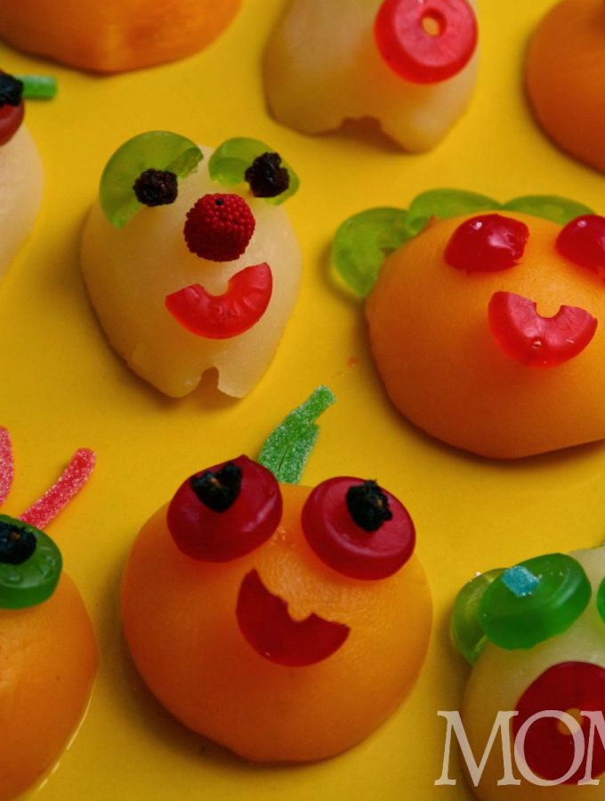 Monster fruit is a cute Halloween food idea that your kids will gobble up! A great healthy(er) option to Halloween candy. Great for kids Halloween parties!