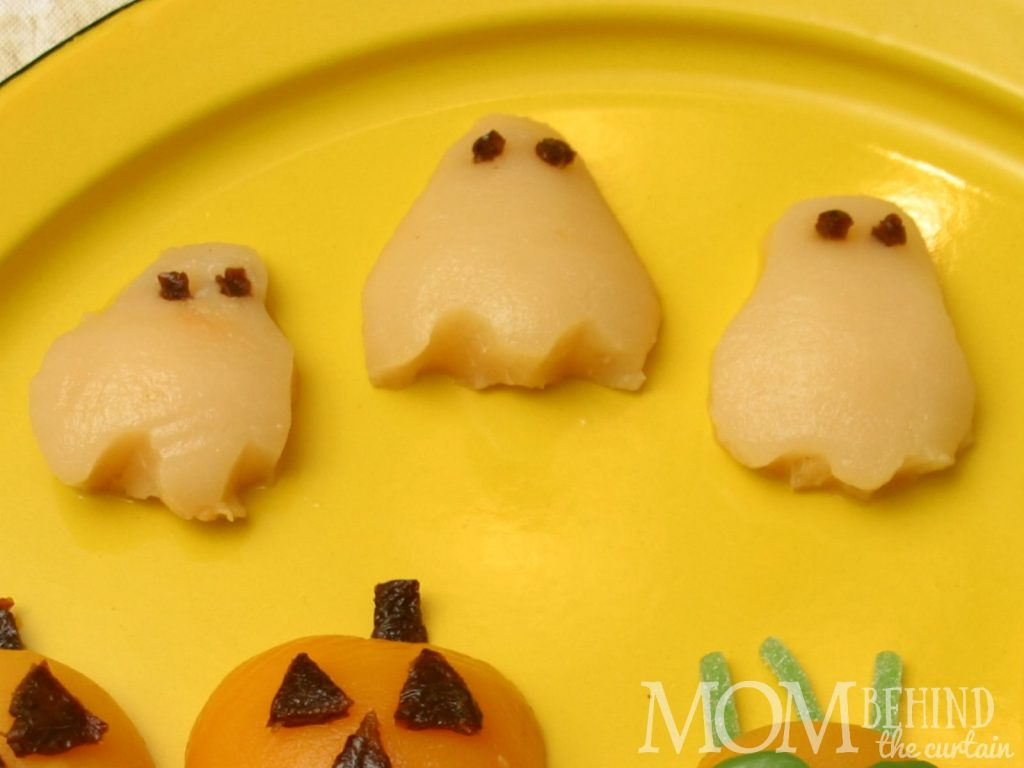 Healthy Halloween snack for school lunches - pear ghosts. Also great for a healthy fruit option at a Halloween kids party or class party. Super easy!