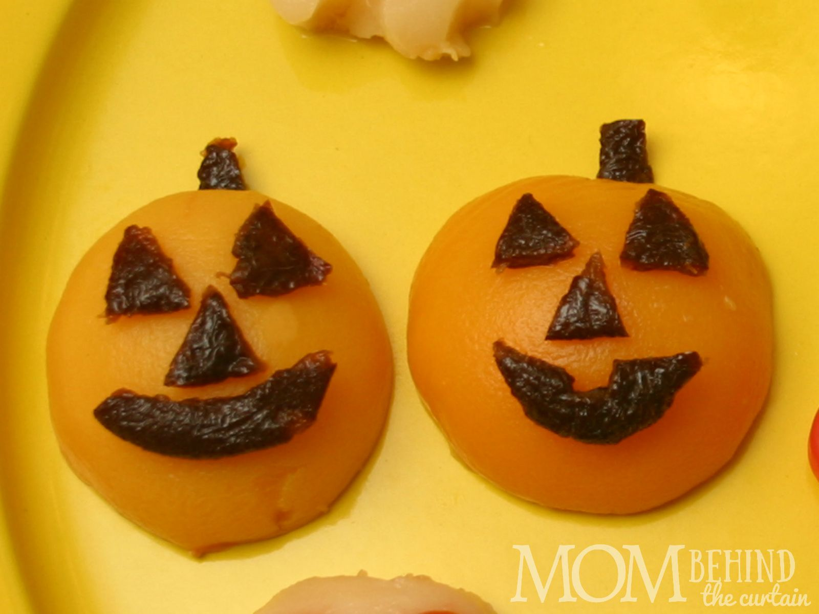 Healthy Halloween snack idea for a school party the whole class will love! Jack O'Lantern Peaches. Also great for a kids Halloween party, Halloween dinner.